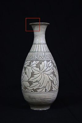 2 Korean vases