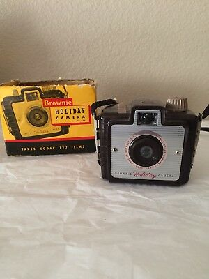 "VINTAGE KODAK BROWNIE ""HOLIDAY FLASH"" CAMERA - BAKELITE CASE / 127 FILM (1950's)"