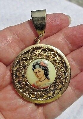 Large Round Locket With Porcelain Cameo Portrait Of Colonial Lady - Jewelry