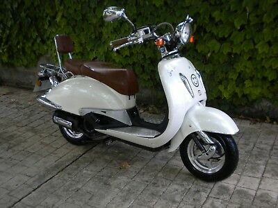Yiying Tommy 125cc Retro Scooter-learner legal-2700 miles-automatic-twist 'n' go