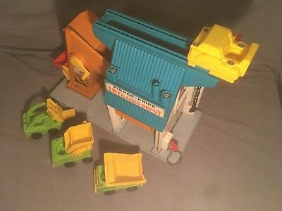 Vintage Fisher Price Lift and Load Depot #942 Little People 1976 w/ vehicles.