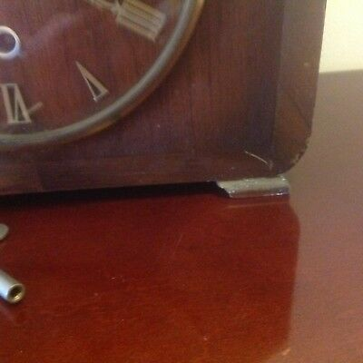 AN OLD SMITHS WIND UP WESTMINSTER CHIME MANTLE CLOCK.  With key.
