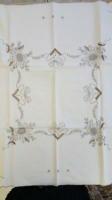 Vintage hand embroidered linen tablecloth with 6 matching napkins.