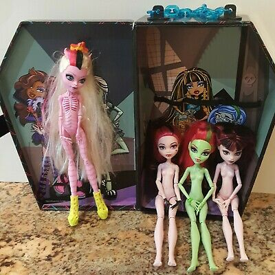 Monster High Venus McFlytrap, Draculaura Dolls and Carrying Coffin Case