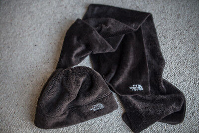 The North Face Hat & Scarf Set fleecy and warm in excellent condition one size