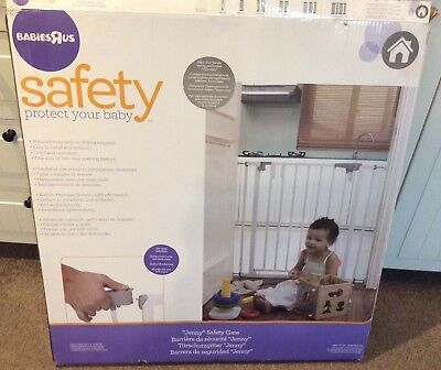 Pressure mounted baby safety gate