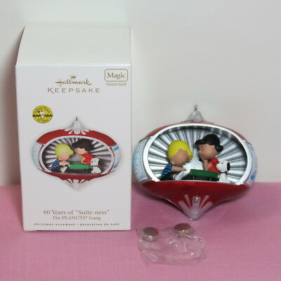 """Hallmark 2010 60 Years of """"Suite-ness"""" The PEANUTS Gang Ornament EUC Magic-Sound"""