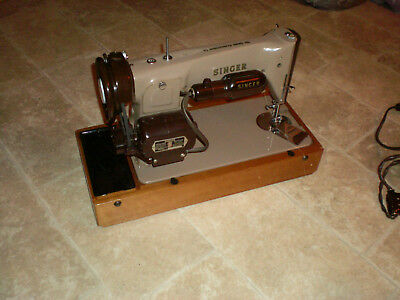 "ANTIQUE SINGER ""SEWING MACHINE"" Early 1960s model grey, in good condition."