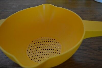 TUPPERWARE YELLOW STRAINER LARGE Retro Vintage Long Handle 35cm x 24.5cm Cool