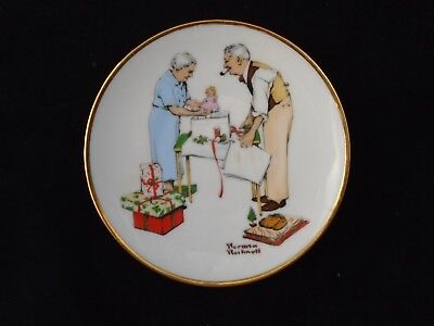 """Norman Rockwell Miniature Christmas Plate 5"""" Holiday Gifts 1982"""