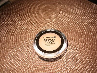 Max Factor Miracle Touch Skin Smoothing Foundation Natural 070