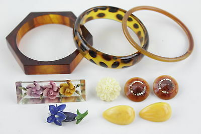 8 x Vintage & Retro 1950s LUCITE JEWELLERY inc. Bangle, Reverse Carved, Clip On