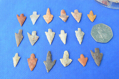 1x Fantastic Small barbed and stemmed Neolithic Flint ARROW HEAD in display box