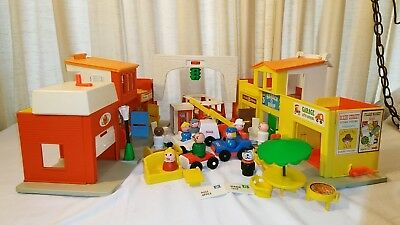 Fisher Price Little People Play Family 997 Village Phone Booth Superman changes