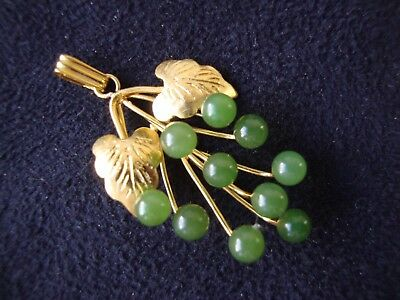 VINTAGE 1970s HANDCRAFTED DARK GREEN JADE GRAPES W/ GOLD TONE LEAVES PENDANT