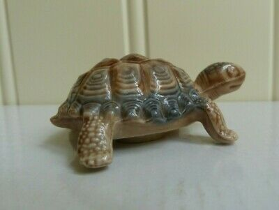 WADE WHIMSIES ENGLAND PORCELAIN TURTLE  - Light brown / blue 78mm long  [090]