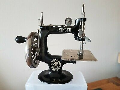 Vintage Singer Model 20 Childs Sewing Machine Excellent Condition