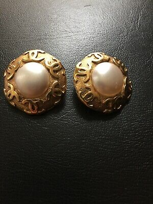 CHANEL EARRINGS 94P Gold Color CC Logo Ornament & Pearl Round Clip-on Vintage