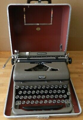 1942 Royal Portable Quiet Deluxe Typewriter A-1109610 with case - Working cond