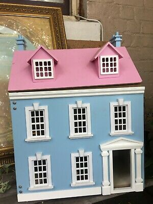 Gorgeous doll house in very good condition