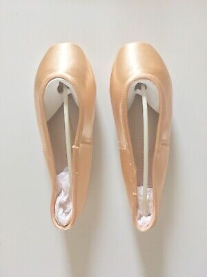 Gaynor Minden - Size: 7.5 Wide - Pair Of ballet pointe shoes - GLOBAL DELIVERY