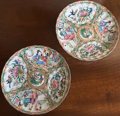 A Pair Of Antique Chinese Porcelain Famille Rose Porcelain Dishes, 19th Century.