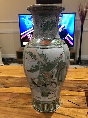 ANTIQUE, HAND PAINTED 1930's CHINESE PORCELAIN VASE, SIGNED.