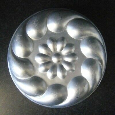 VINTAGE KITCHEN CLASSIC ROUND ALUMINIUM JELLY / CAKE MOULD with FLOWER