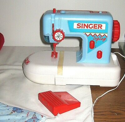 Childs  Singer zig-zag Sewing Machine, Battery Operated