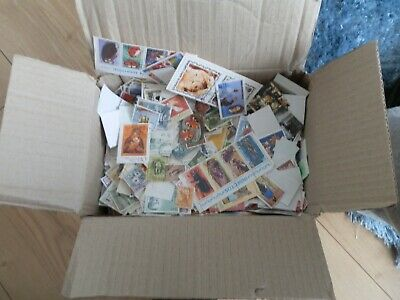 Box of world stamps est, 800 to 1000 grams of paper