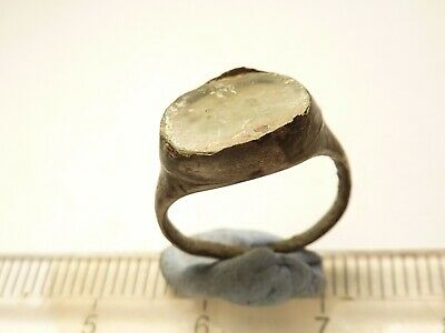 7182Ancient Roman silver ring wtih a glass/stone