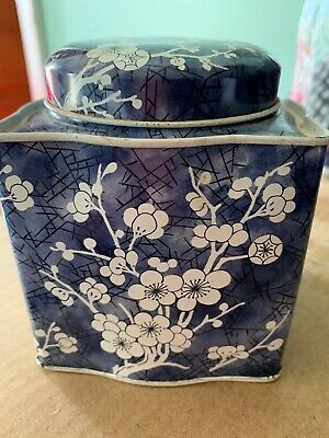 Vintage Designed by DAHER Made in England Blue&White Floral Tea/Candy Tin