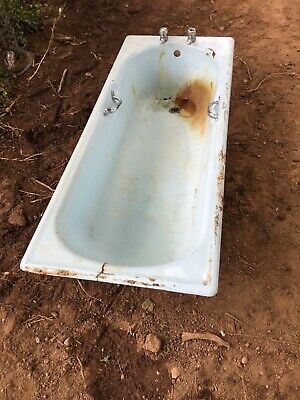 Cast Iron Bath / Needs Refurbished / Lots Of Character / Antique / Salvage