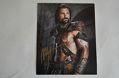 MANU BENNETT signed Autogramm 20x25 cm In Person SPARTACUS WAR OF THE DAMNED