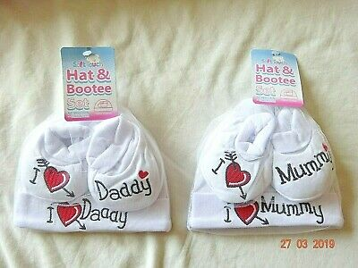 INFANT BABY BOY/GIRL NEW BORN I LOVE MUM/DAD HAT & BOOTIES SET WHITE COTTON 0-6m