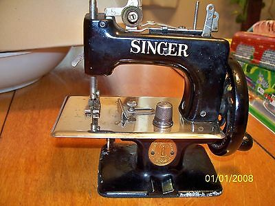Vintage Child's Singer Sewing Machine 20-10 & Instructional Book + SS Thimble