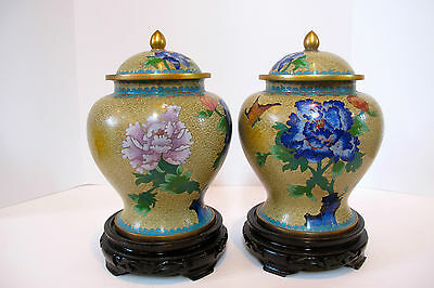 CHINESE EXPORT PAIR ENAMELED VASES URNS WITH ORIGINAL TOPS. MADE 1N 1940-1960