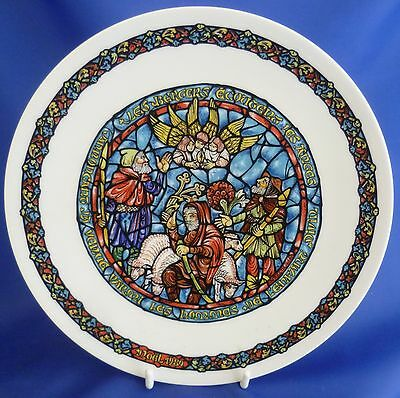 LIMOGES CHRISTMAS STAINED GLASS WINDOW COLLECTOR PLATE - JOYEUSE NOUVELLE