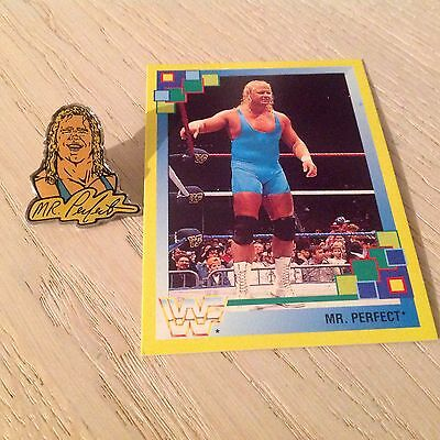 Super WWF-Pin & passende Sammelkarte von Mr. Perfect (Curt Hennig)!