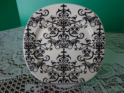 Pottery Barn Versailles Black White Scalloped Design Lucheon Plate 7 1/4 inches