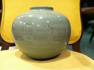 BEAUTIFUL ANTIQUE CHINESE CELADON GREEN POTTERY VASE CRANES DESIGN SIGNED