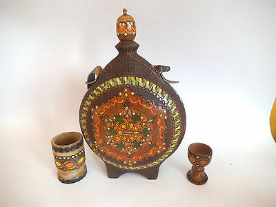 LOT ANTIQUE VINTAGE  FOLK ART PYROGRAPHY CARVED WOODEN CANTEEN FLASK + two cups