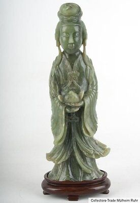 China 20. Jh. A Chinese jadeite figure of a female Immortal Giada Cinese Chinois