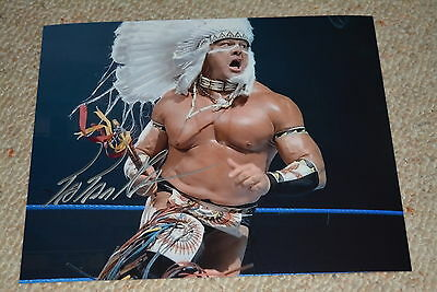 TATANKA signed Autogramm 20x25 In Person WWE WRESTLING WCW