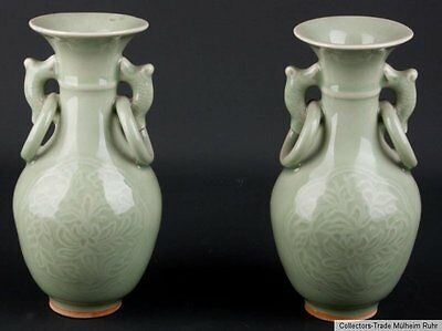 China 20. Jh. Vasen - A Pair of Chinese Celadon Club-Shaped Vases Chinois Cinese