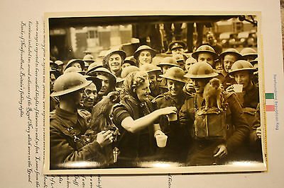 Ww2  Press Photo British Soldiers Stop For A Moments Rest & Tea