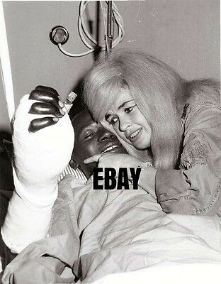 JAYNE MANSFIELD RARE B/W CANDID IN VIETNAM w/WOUNDED SOLDIER 1967 8x10 PHOTO