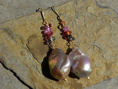 Boucles d'oreilles or 18 ct, perles baroques, saphirs, tourmalines