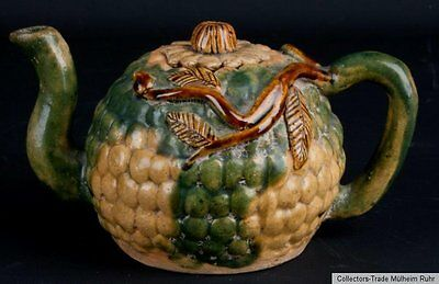 China 19. Jh. A Chinese sancai glazed pottery teapot and cover Qing Cinese chine