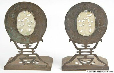 China 20. Jh. Buchstützen A Pair of Chinese carved hardstone and brass bookends